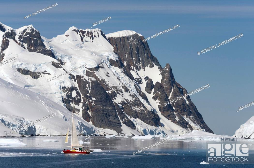 Imagen: Small sailing boat in the Lemaire Channel.