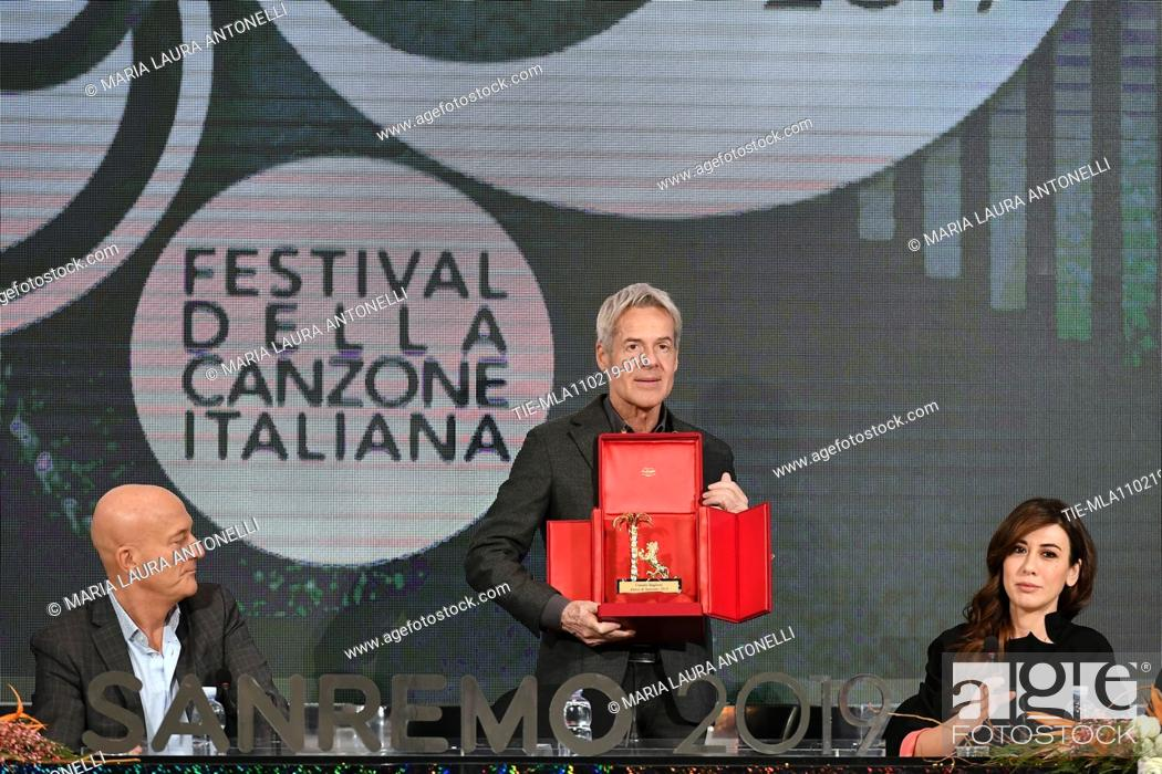 Imagen: Claudio Bisio, Claudio Baglioni shows the 'Amico di Sanremo' Award (Friend of Sanremo), Virginia Raffele during the final press conference of 69th Sanremo Music.