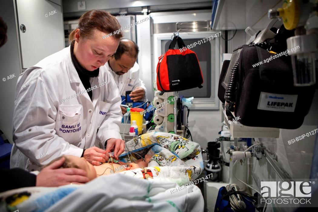 Imagen: Photo essay with an Emergency Medical Service team of Pontoise hospital France. 18-month-old baby having convultions due to fever.