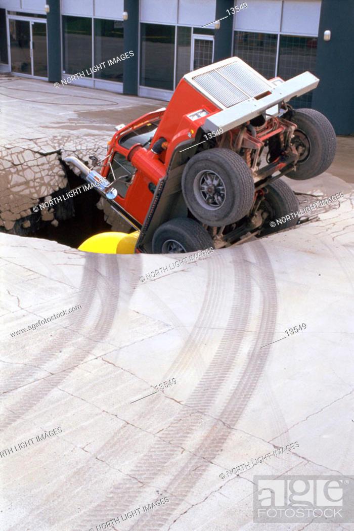 Imagen: Truck in hole.
