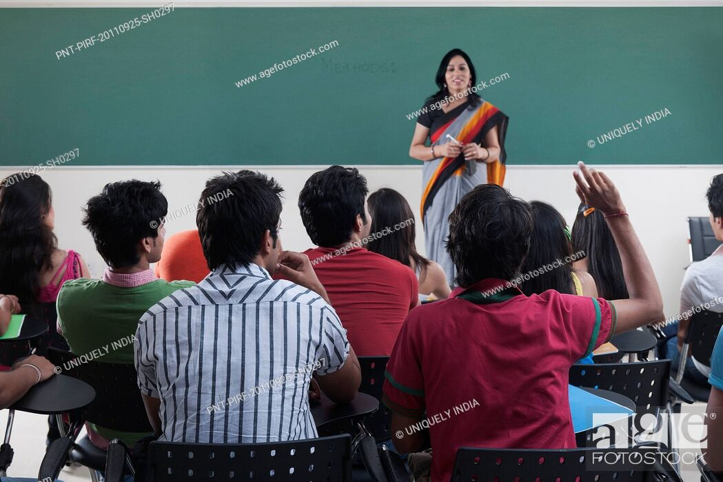 Imagen: Female lecturer teaching in a classroom.