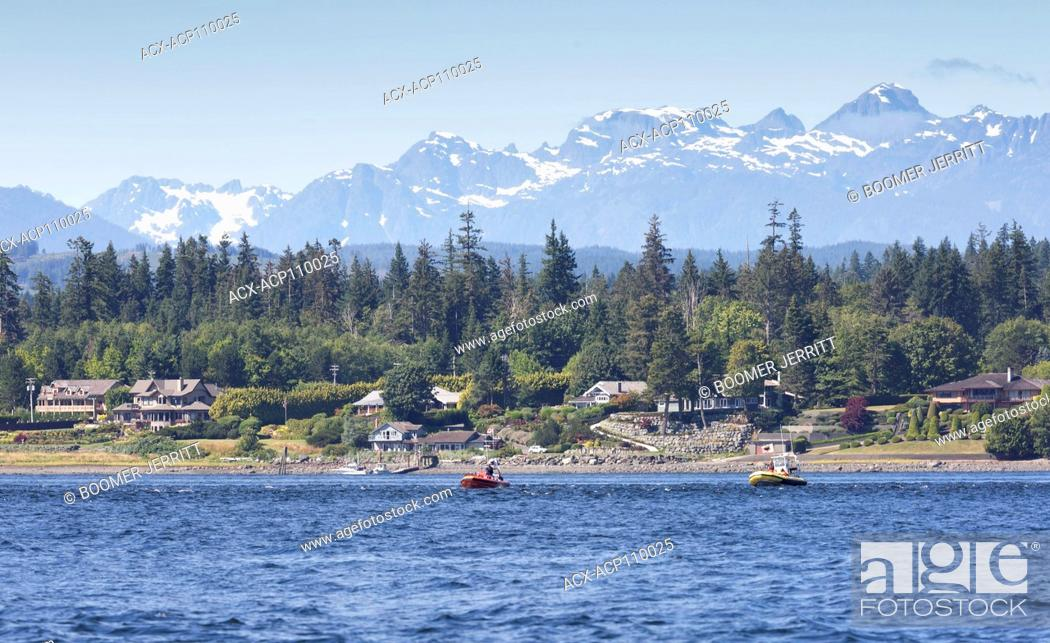 Imagen: Whale watching boats float down Discovery Passage in search of Humpback Whales, Campbell River, Vancouver Island, British Columbia, Canada.