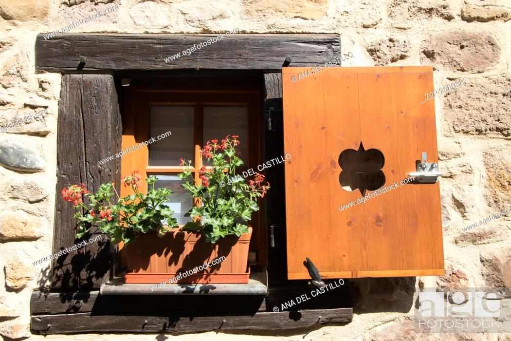 Imagen: Eguisheim village, traditional colorful houses in Alsace, France. Window detail.
