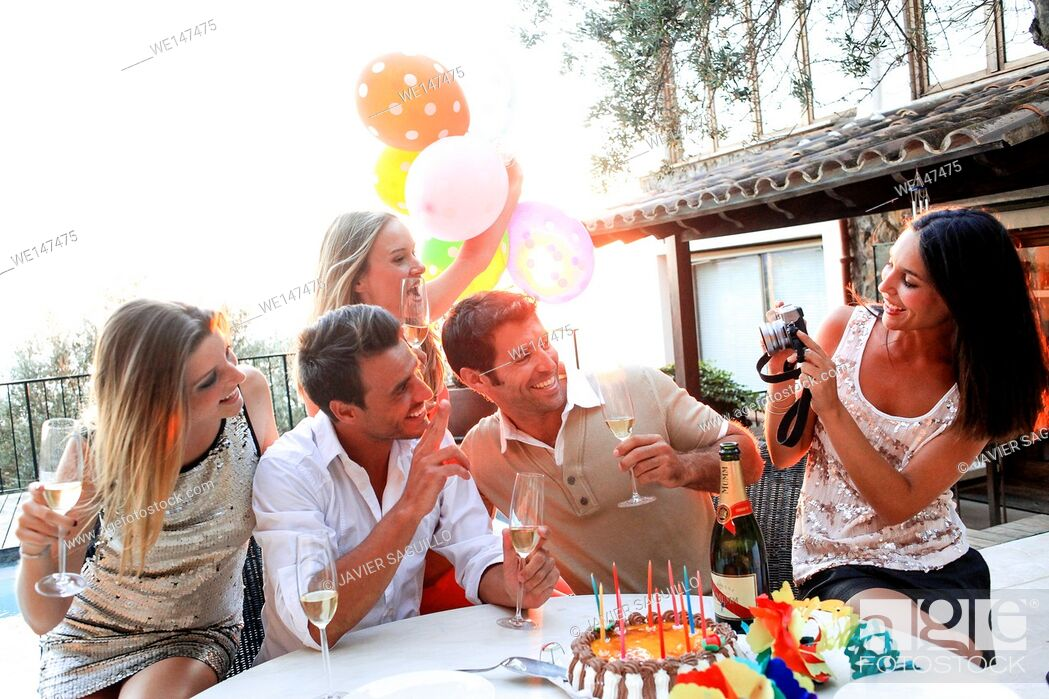 Imagen: Friends enjoying birthday party.