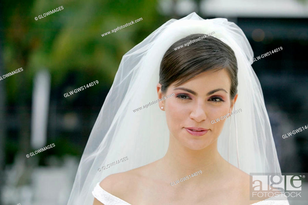 Stock Photo: Close-up of a young bride looking away.