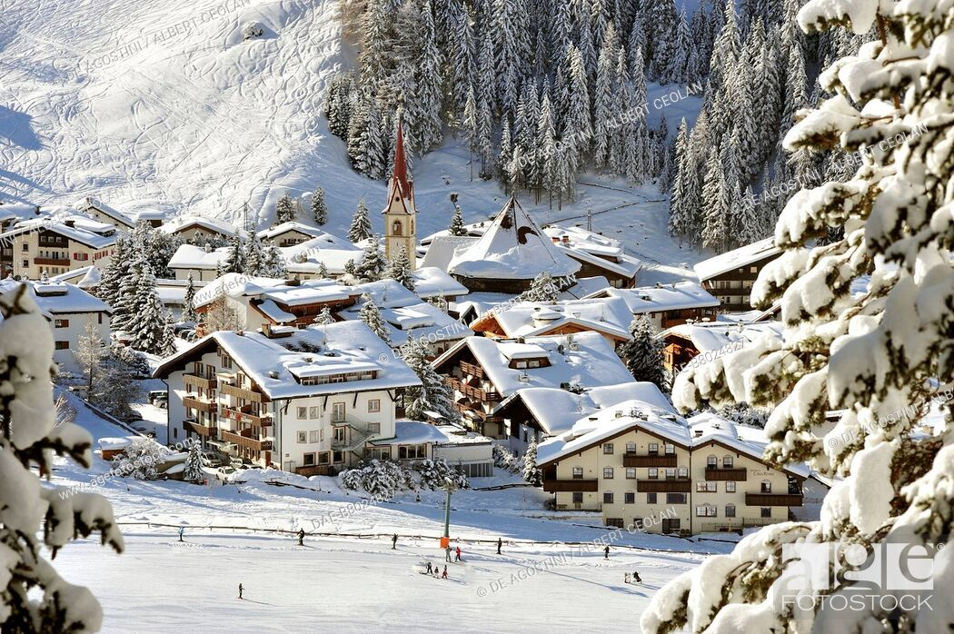 Imagen: View of Selva under the snow, Val Gardena, Dolomites, Trentino-Alto Adige, Italy.