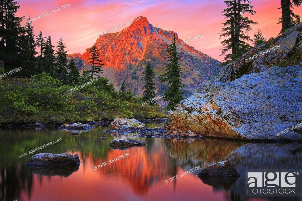 Photo de stock: High Box peak seen from a tarn at Rampart Lakes in the Alpine Lakes Wilderness area of Washington state.