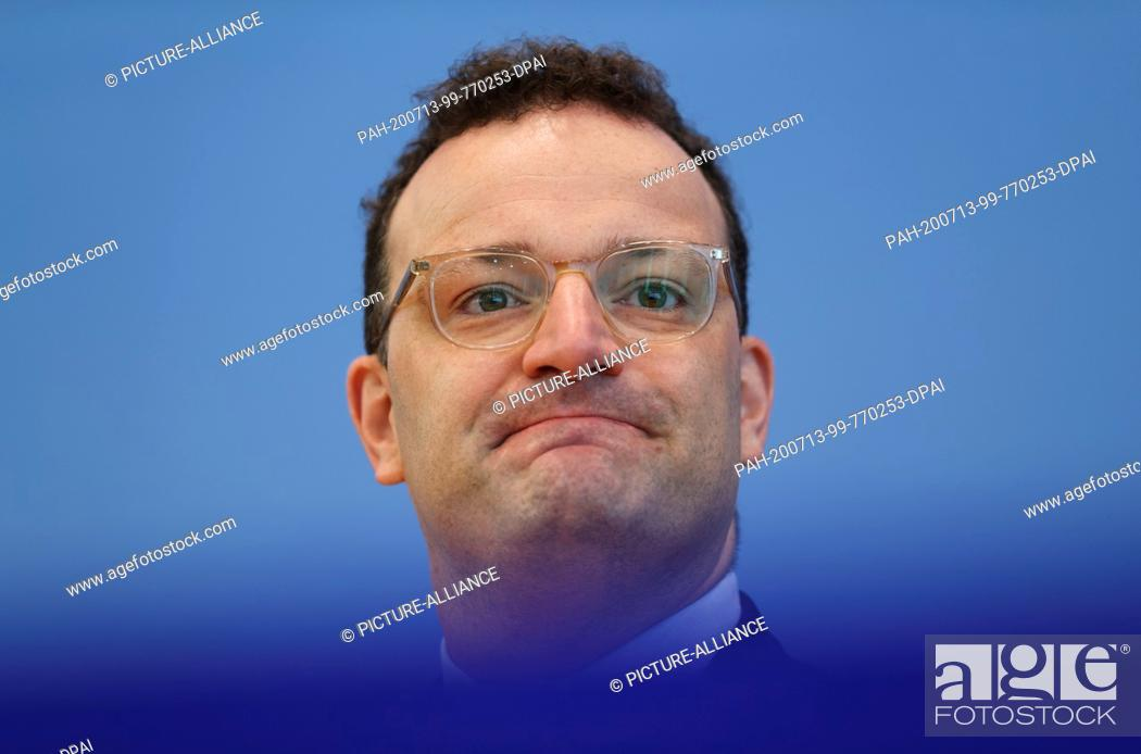 Imagen: 13 July 2020, Berlin: Jens Spahn (CDU), Minister of Health, is sitting at a joint press conference with the President of the Robert Koch Institute (RKI).
