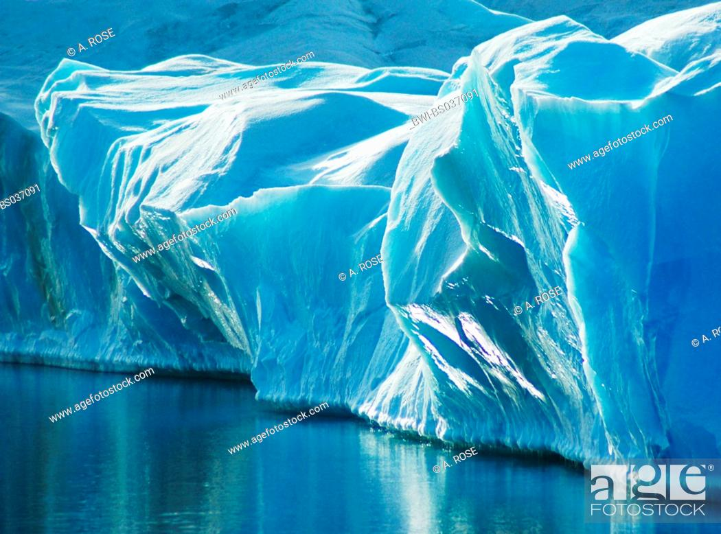 Imagen: blue ice of a glacier, standing out of the water, Antarctica, Weddellmeer.