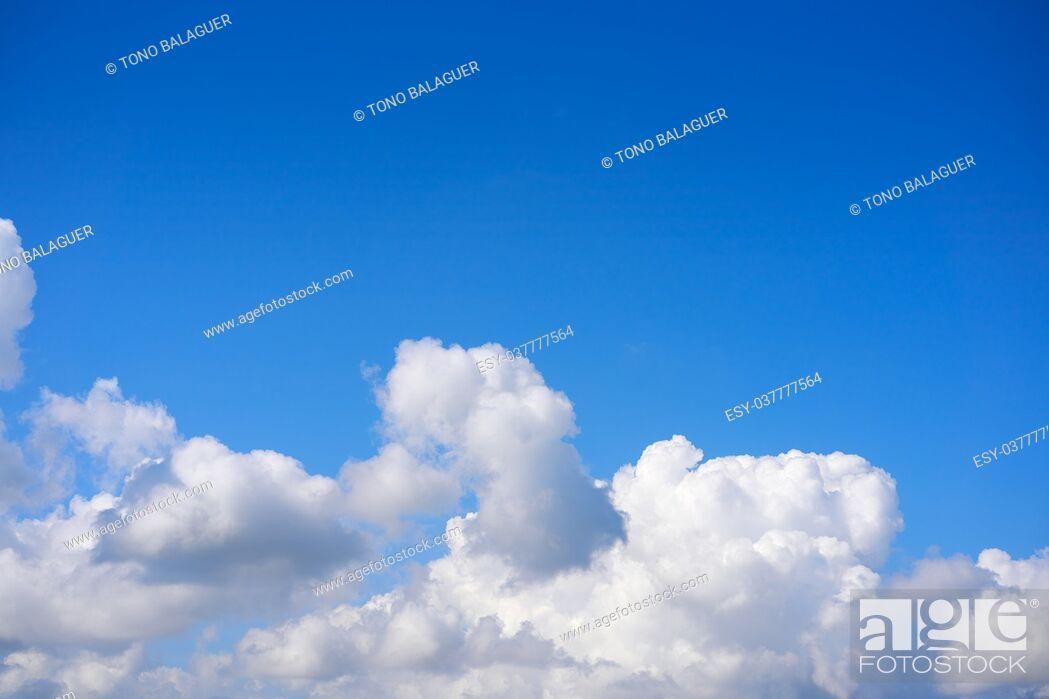 Imagen: Blue sky white cumulus clouds background.