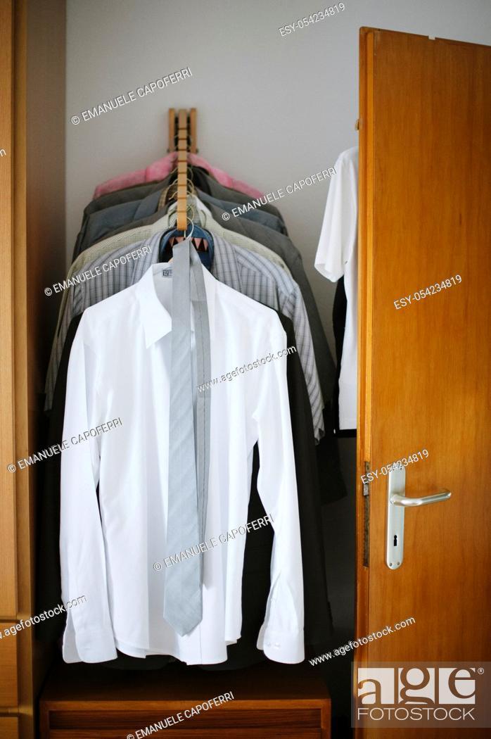 Imagen: Closet with men's clothing.