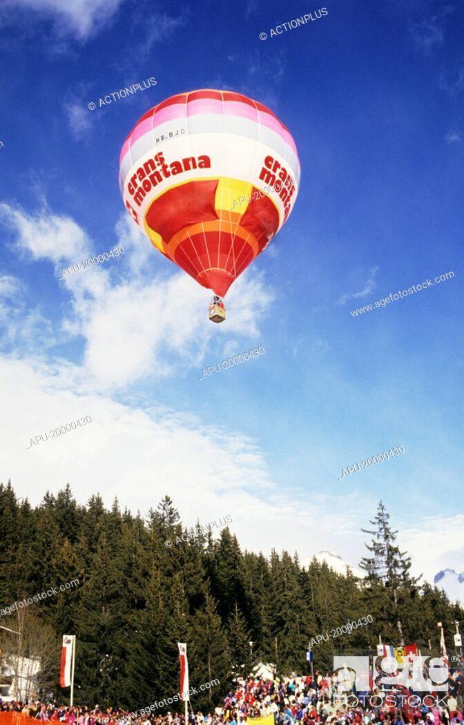 Imagen: Hot air balloon in flight at a festival.