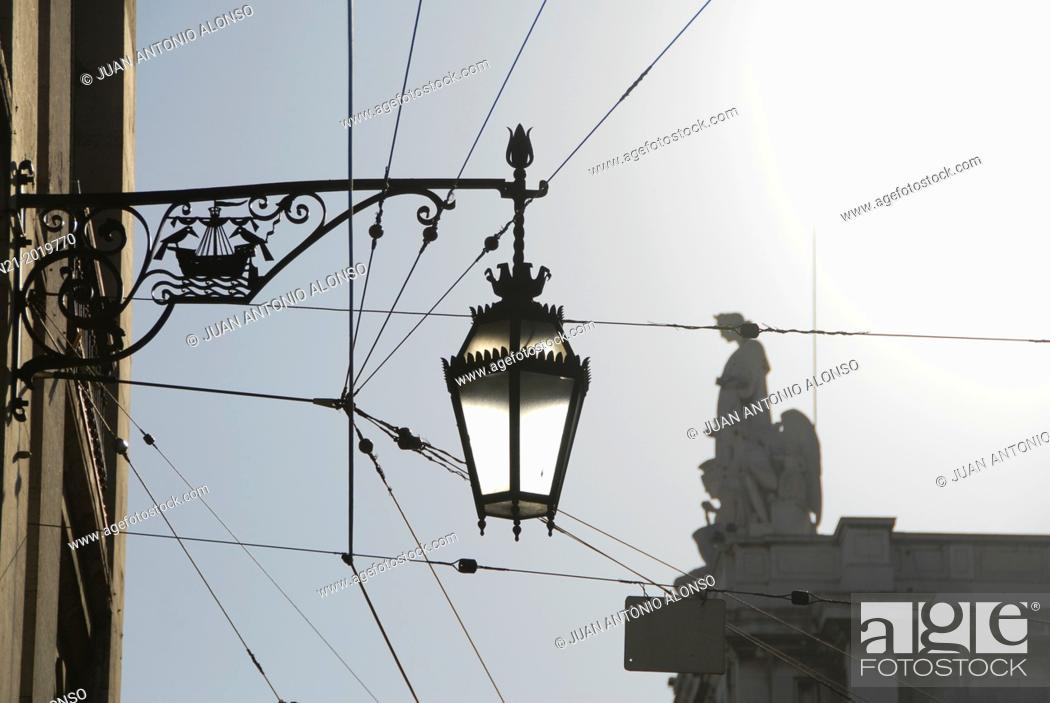 Imagen: Streetlamp. In the background, the top of the Arco do Triunfo. Baixa, Lisbon, Portugal.