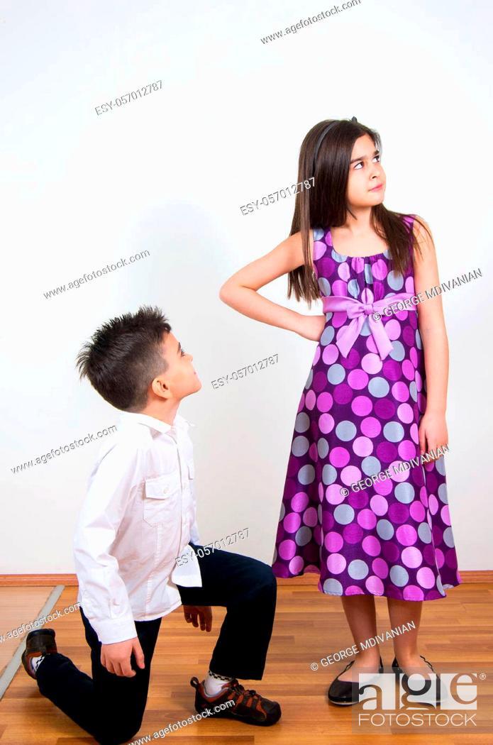 Imagen: little boy proposing his girlfriend.