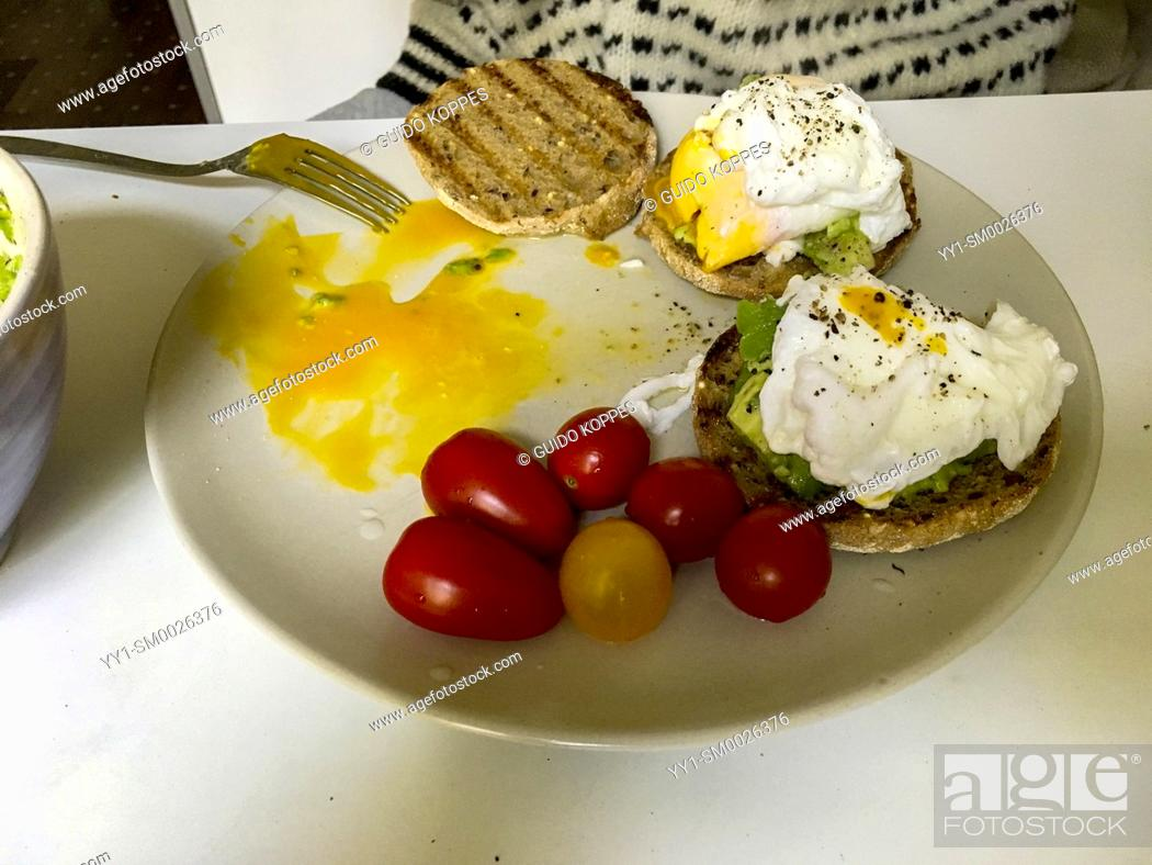 Imagen: Berlin, Germany. Breakfast with Eggs and Tomatoes on a kitchen table in the morning.