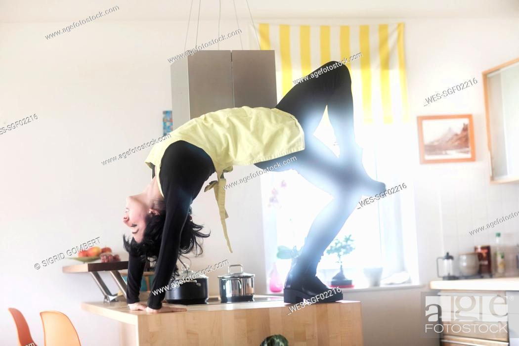 Imagen: Young female dancer in the kitchen.