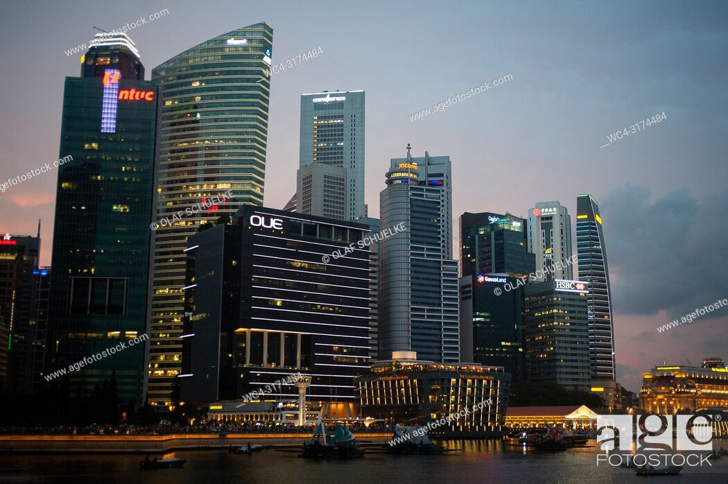 Imagen: 04. 08. 2018, Singapore, Republic of Singapore, Asia - The city skyline of Singapore's central business district in Marina Bay.