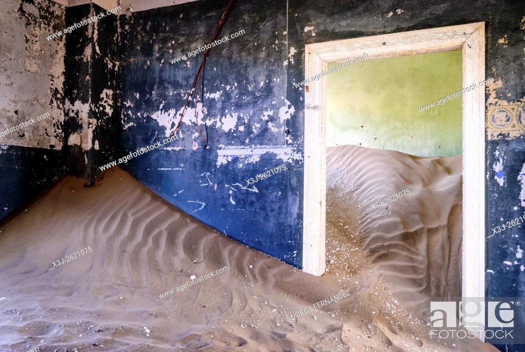 Imagen: Room of an abandoned house full of sand from the desert.