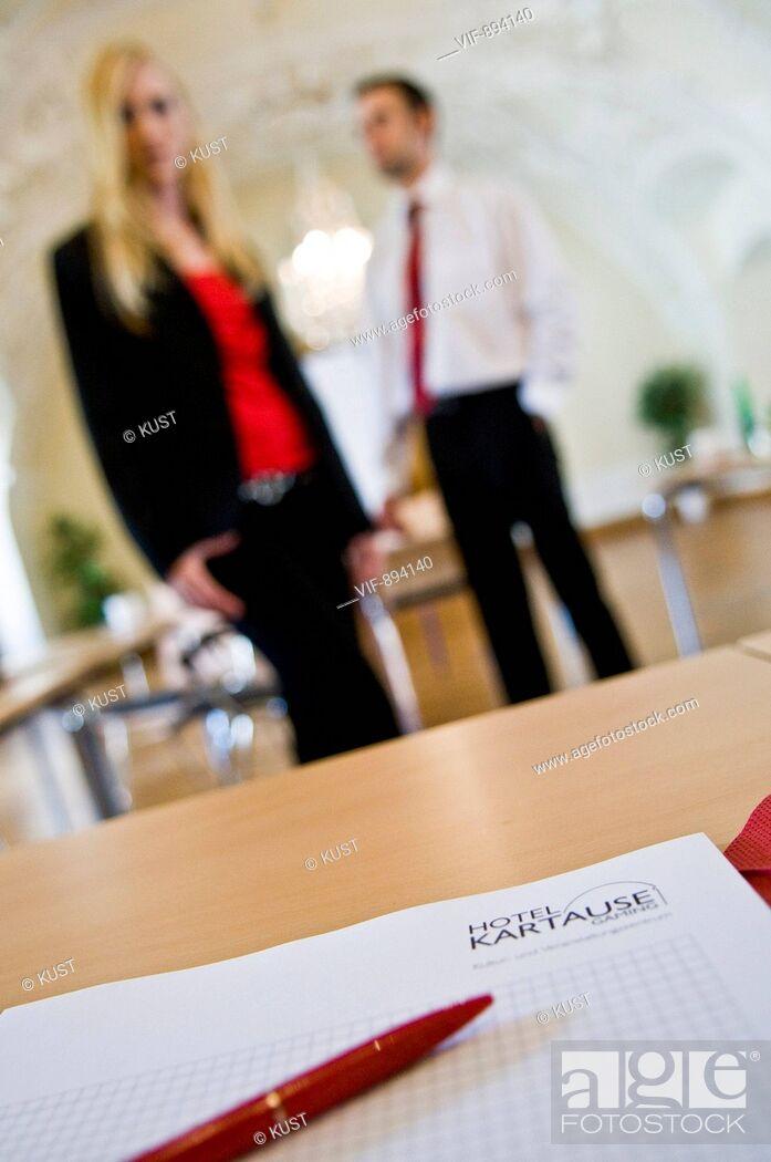 Stock Photo: Notizblock, Bueromaterial, Tagung, Meeting, Zettel, Kugelschreiber, Stift, Schreibblock, Papier, Mann, Frau, Modell, Seminarunterlagen, Tagung, Business.