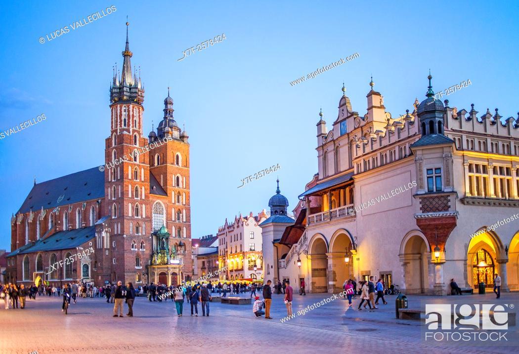 Stock Photo: St. Mary's Basilica and Sukiennice Cloth Hall, at main Market Square Rynek Glowny, Krakow, Poland.