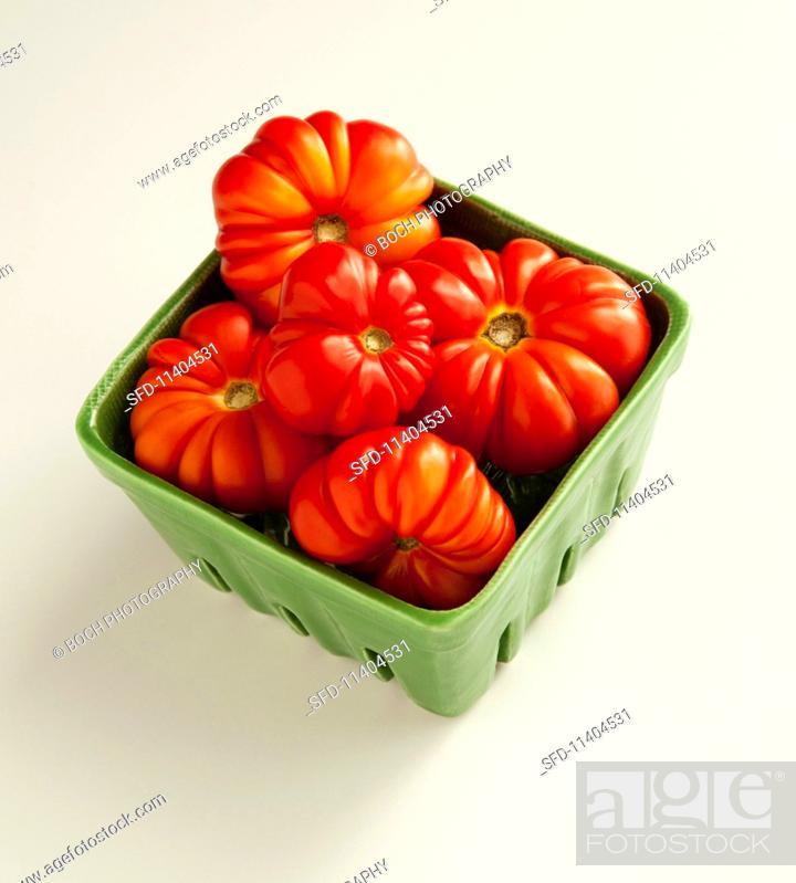 Photo de stock: Heirloom tomatoes in a ceramic dish.