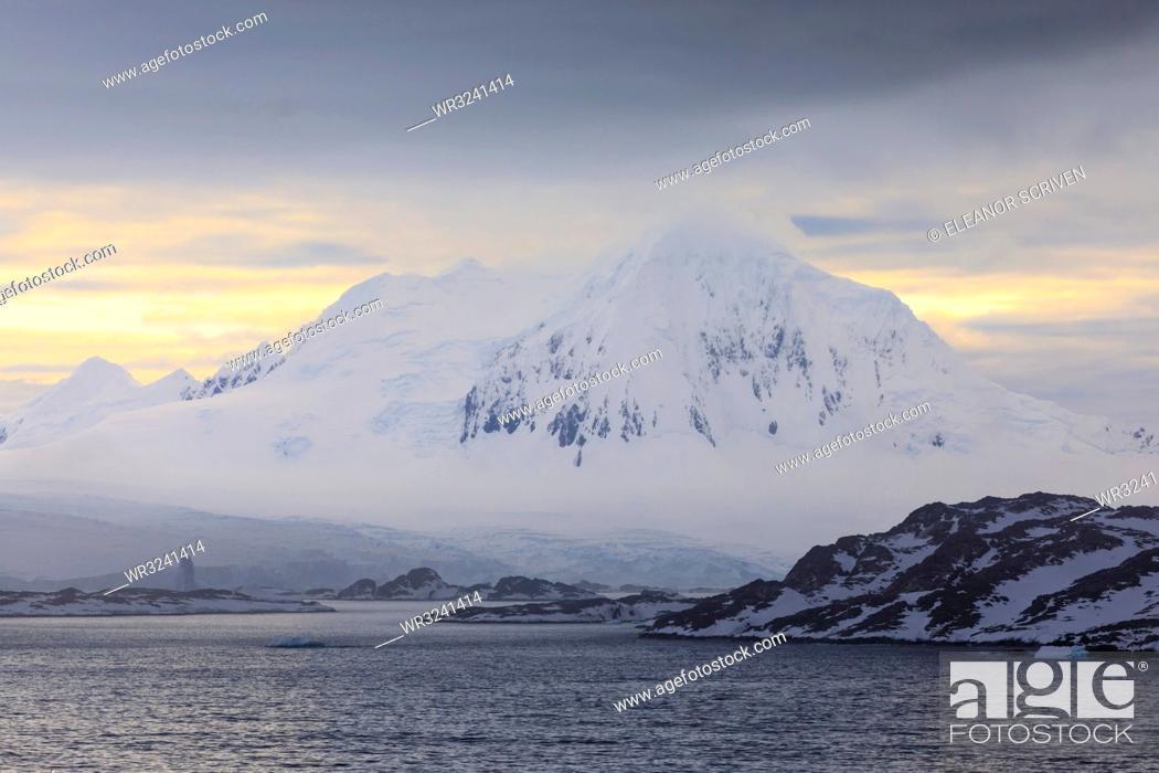 Imagen: Misty Mount William at sunrise, rising from tidewater glaciers, Anvers Island, Antarctic Peninsula, Antarctica, Polar Regions.