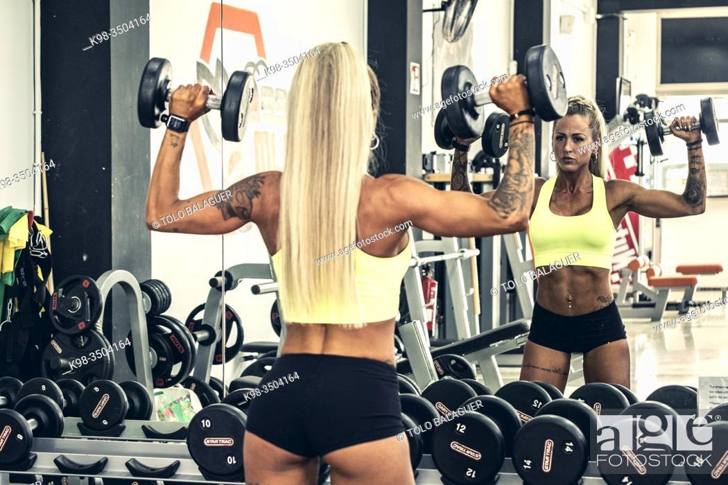 Stock Photo: mujer entrenando pesas en un gimnasio, llucmajor, Mallorca.