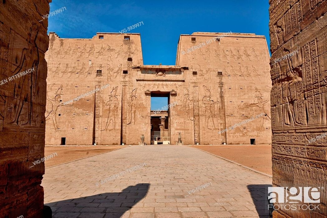Imagen: EGYPT, EDFU, 09.11.2016, pylon at entrance of Temple of Edfu, Egypt, Africa - Edfu, Egypt, 09/11/2016.