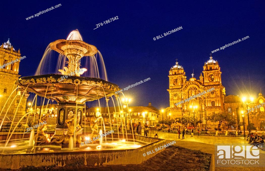 Imagen: City Sqaure Faountain at Night in Cuzco Peru.