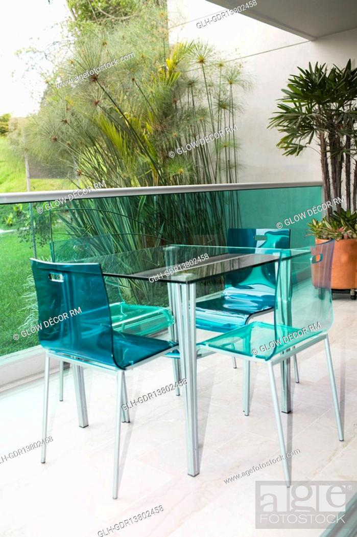 Photo de stock: Table and chairs on the patio.