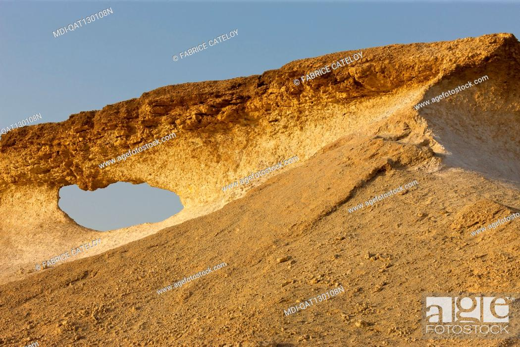 Imagen: Qatar - Around Zekreet - Limestone escarpments in the desert.