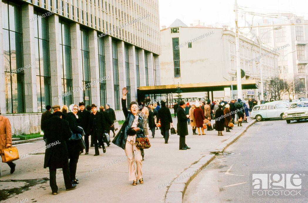 Imagen: Scene outside the entrance of the Intourist Hotel, once located at 3 Tverskaya Street in Moscow, Soviet Russia, USSR, November, 1973.
