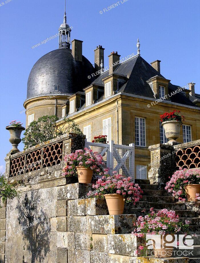Stock Photo: Potees de geranium sur les escaliers des jardins du chateau de Digoine, Palinges, Saone et Loire, Bourgogne, France.