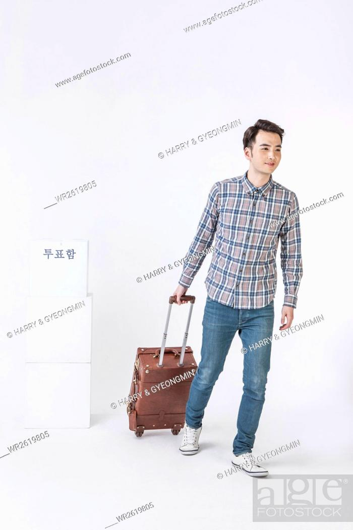 Imagen: Young male traveler passing a ballot box.
