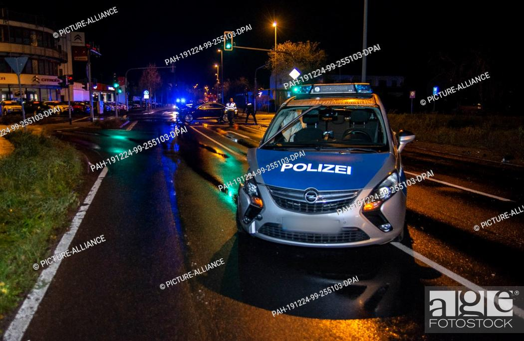 Imagen: 24 December 2019, Hessen, Kelkheim: A damaged police car is parked on a street. In the Main-Taunus district, four people were injured when a police car collided.
