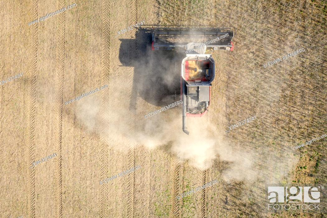 Imagen: Aerial of combine harvester driving through soybean (Glycine max) field, Laytonsville Maryland.