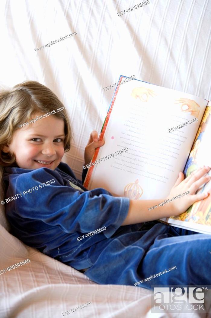 Imagen: Little girl holding a book.