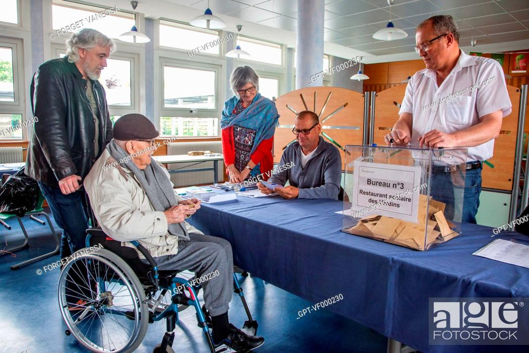 Imagen: POLLING STATION WITH ACCESS FOR THE ELDERLY AND THE HANDICAPPED, BOURGES, (18) CHER, CENTRE, FRANCE.
