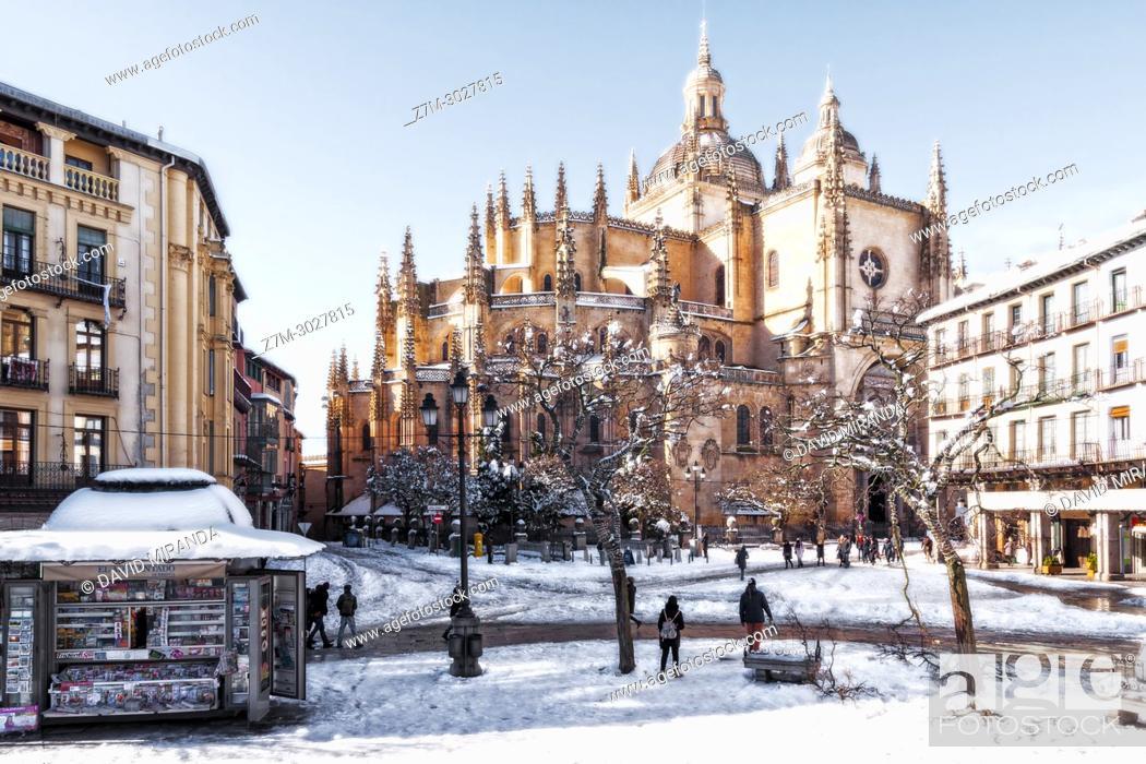 Imagen: Catedral de Segovia and Plaza Mayor con nieve. Castile-Leon, Spain.
