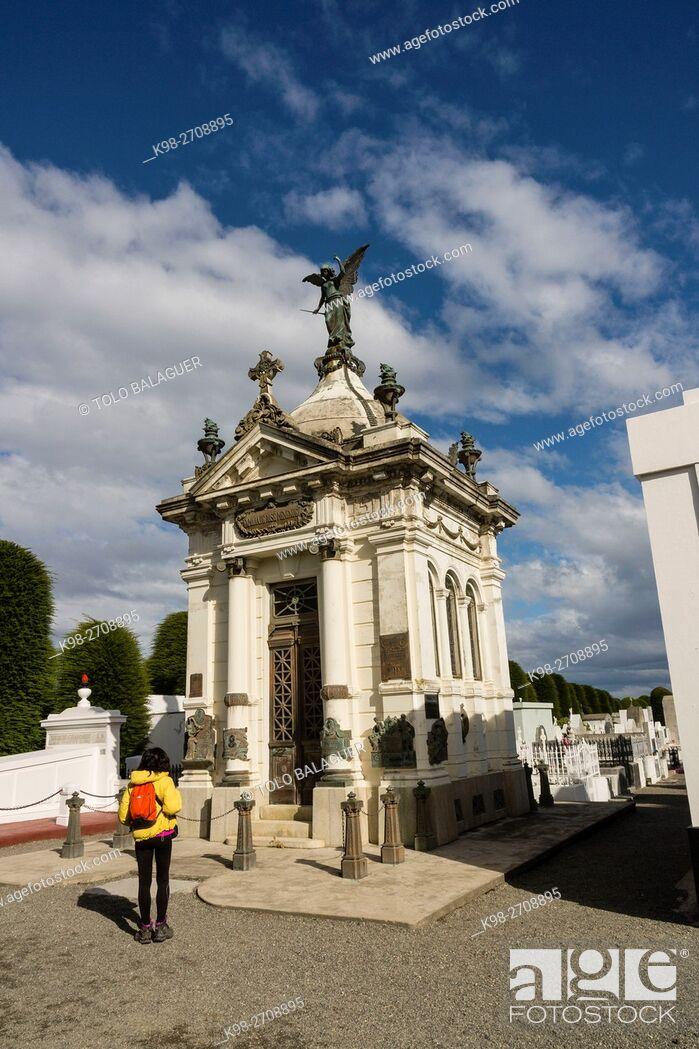 Imagen: mausoleo de José Menendez, cementerio municipal Sara Braun, 1894, Punta Arenas -Sandy Point-, Patagonia, República de Chile, América del Sur.