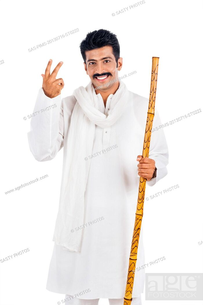 Imagen: Portrait of a man holding a wooden staff and smiling.