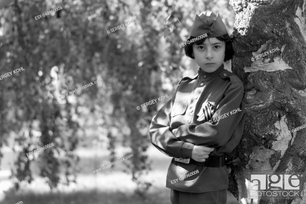 Imagen: Portrait of a boy in the uniform of a soldier of the Red Army during the Second World War. Black and white.
