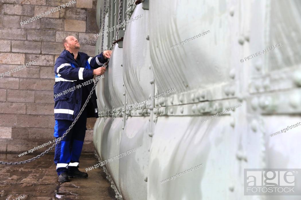 Stock Photo: 26 October 2020, Saxony-Anhalt, Pretzien: The employee Martin Meinecke checks the plates at the 145-year-old Pretzien weir.