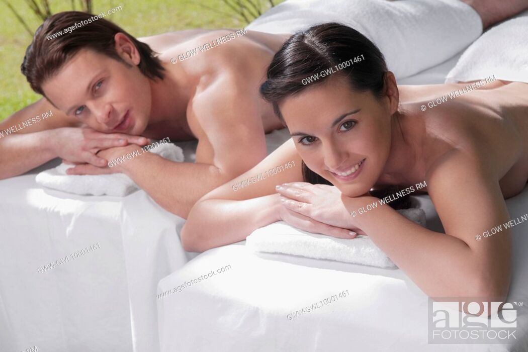 Imagen: Couple lying on massage tables.