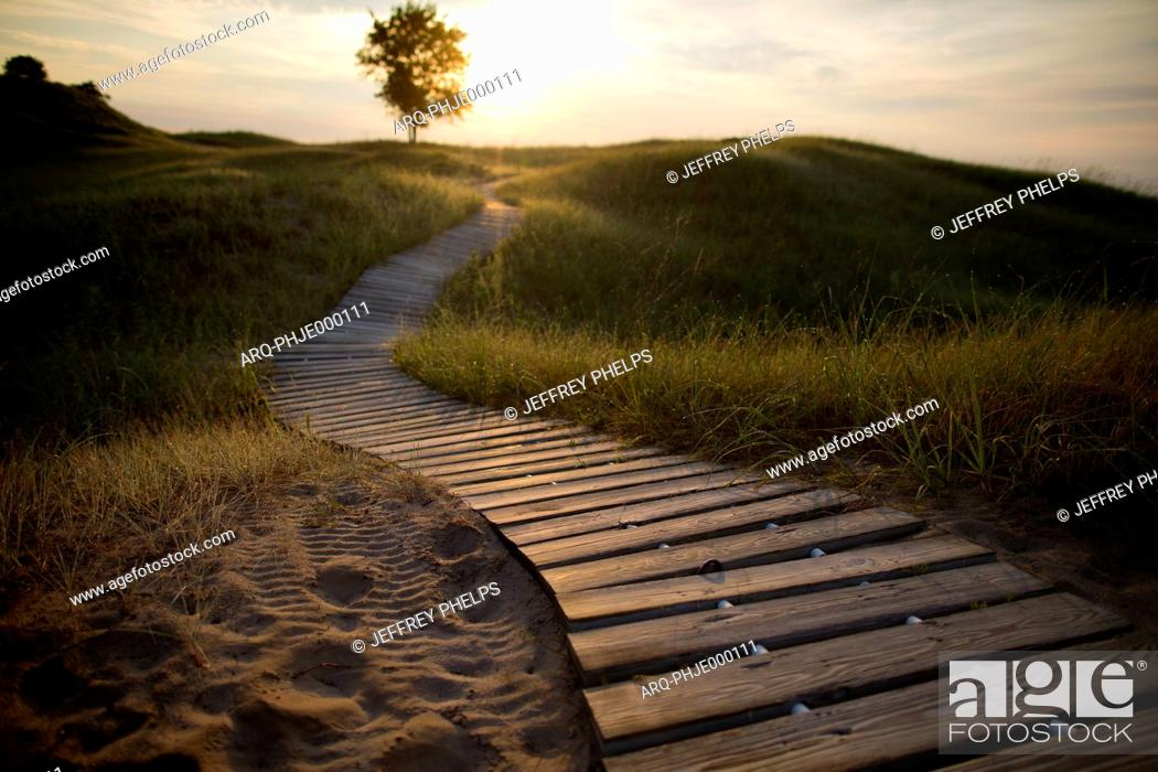 Imagen: Boardwalk in Kohler-Andrae State Park in Sheboygan, Wisconsin offers camping and 2.5 miles of sandy beach.