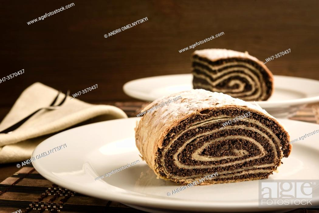 Imagen: strudel with poppy seeds on a ceramic white plate on wooden background.