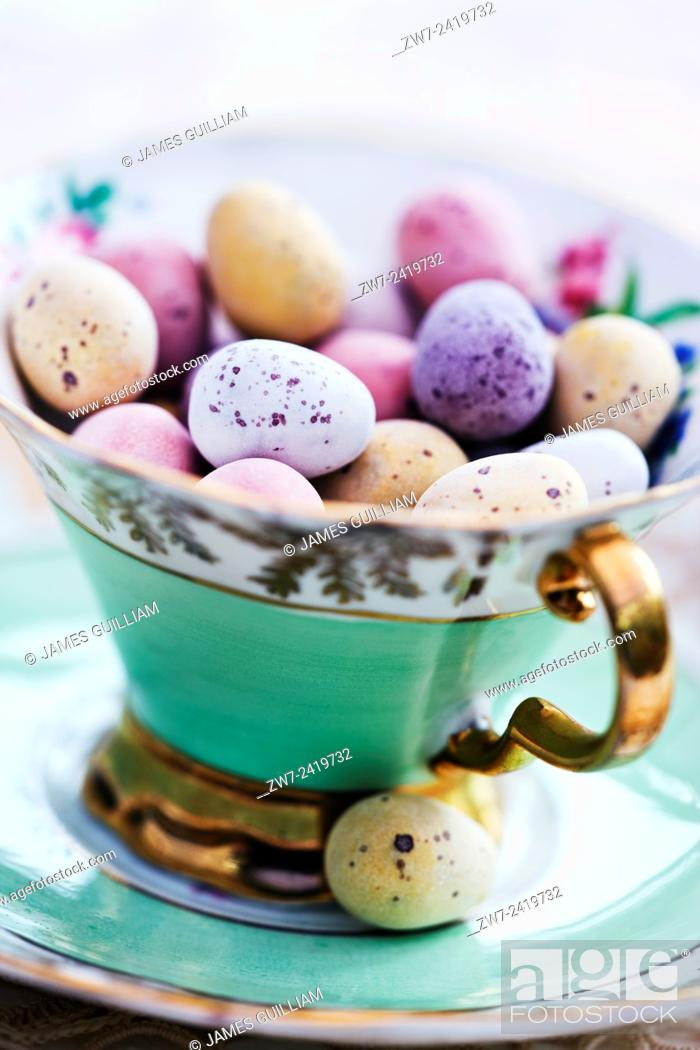 Imagen: Candy coated chocolate easter eggs in antique china tea cup.
