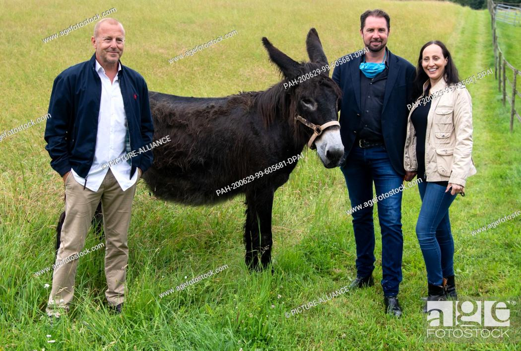 Stock Photo: 29 June 2020, Bavaria, Weßling: Heino Ferch (l-r), actor, tamer Martin Lacey and Jana Mandana Lacey-Krone take part in a press tour at Circus Krone Farm and.