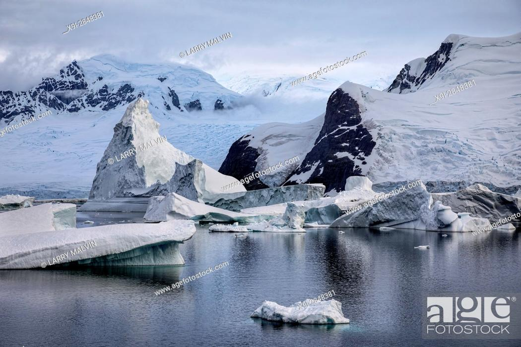 Imagen: Icebergs, glaciers and mountains along the waters of the Antarctic Peninsula.