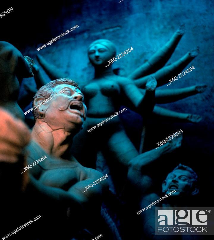 Imagen: Hindu idols in Kumartuli or Kumortoli the potters' district in Calcutta Kolkata in West Bengal in India in South Asia.